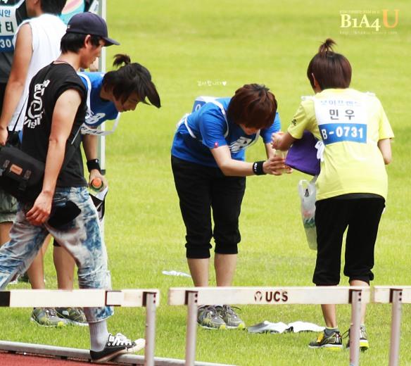 مينو عضو بوي فريند يعطي الماء لسانديل عضو b1a4 .!! Idol-sport-57