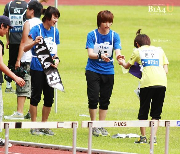مينو عضو بوي فريند يعطي الماء لسانديل عضو b1a4 .!! Idol-sport-58