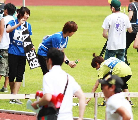 مينو عضو بوي فريند يعطي الماء لسانديل عضو b1a4 .!! Idol-sport-59